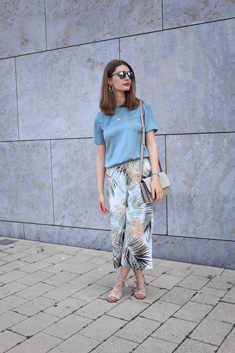 """Meine erste Berlin Fashion Week liegt hinter mir und ich zeige euch in einem Fashion Week Style Diary, was ich an 4 Tagen Modezirkus getragen habe. Dabei habe ich darauf geachtet, dass ich alle Teile auch im """"normalen"""" Leben wieder tragen werde."""