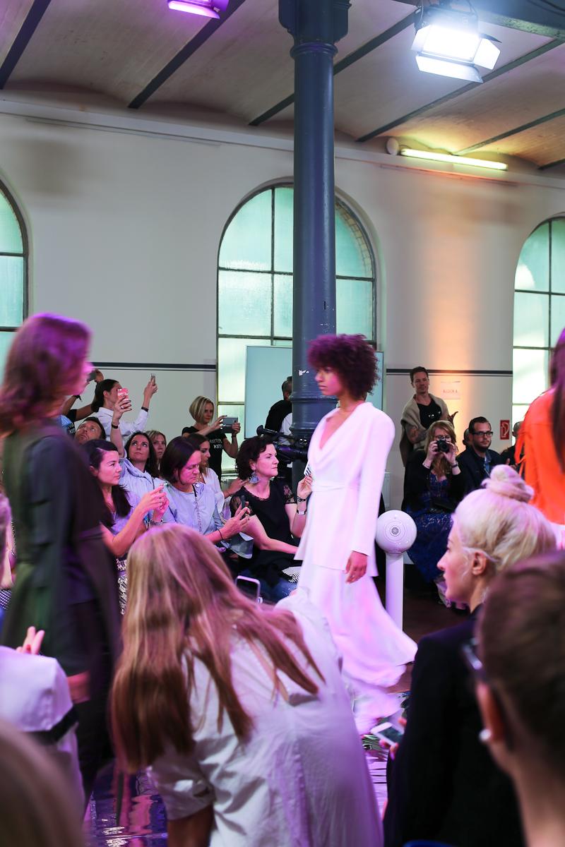 Meine erste Berlin Fashion Week. Wie ich mich im Modezirkus in der Hauptstadt gefühlt habe, was ich erlebt habe und ein ehrliches Resumée. Ich beantworte die Frage, ob ich noch einmal hinfahren würde.