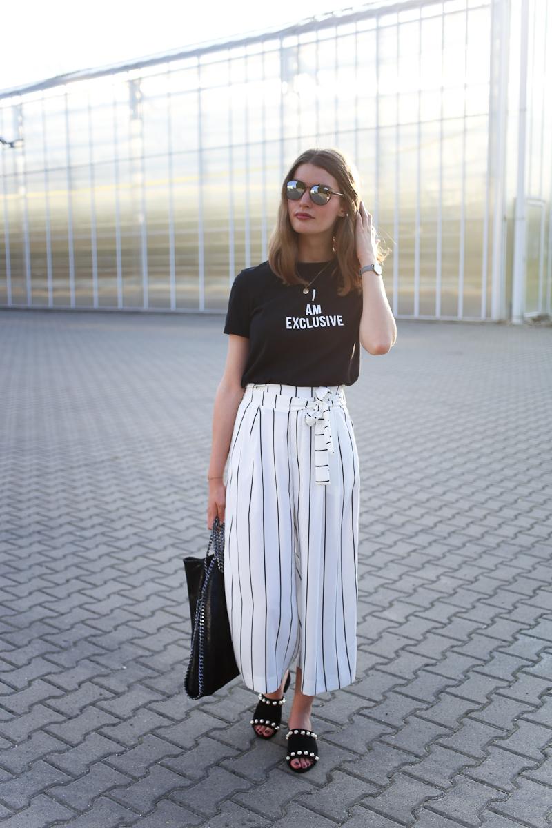 Ihr wisst von meiner Liebe zu Culottes. Diese weiße Culottes mit Streifen hat es mir deshalb gleich angetan. Zusammen mit einem schwarzen Statementshirt und Mules wird ein richtig stylischer Look draus.