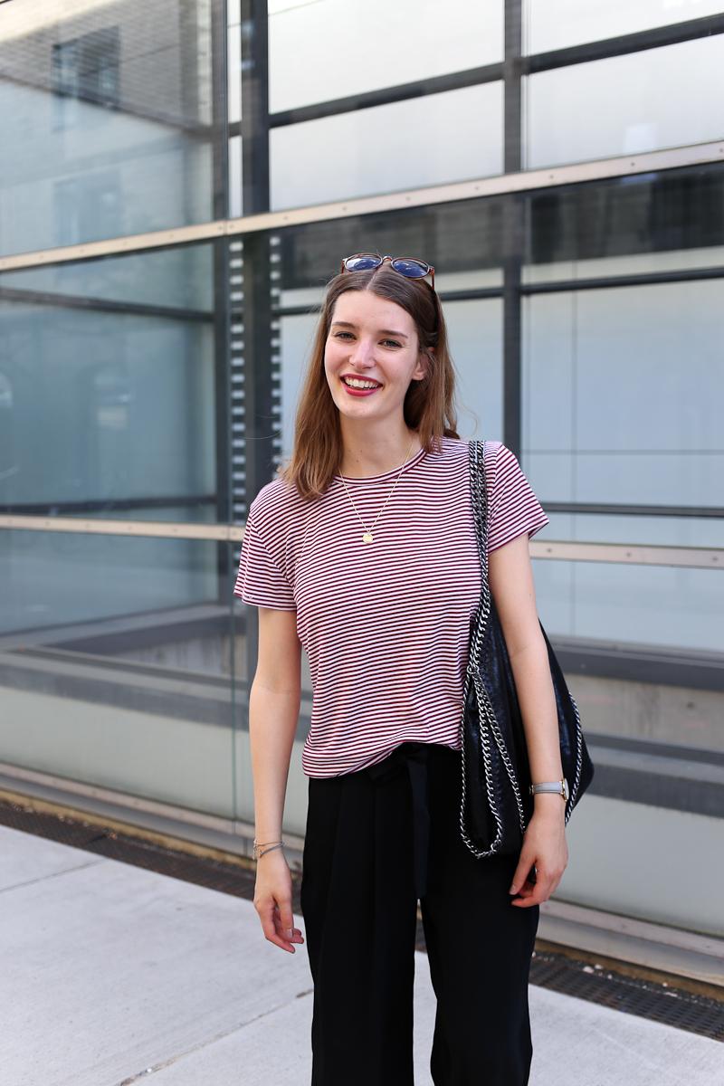 Schwarze Culottes und ein rotes Streifenshirt in einem Französischen Look sind nicht nur einfach gestylt, sondern auch chic und trotzdem lässig.