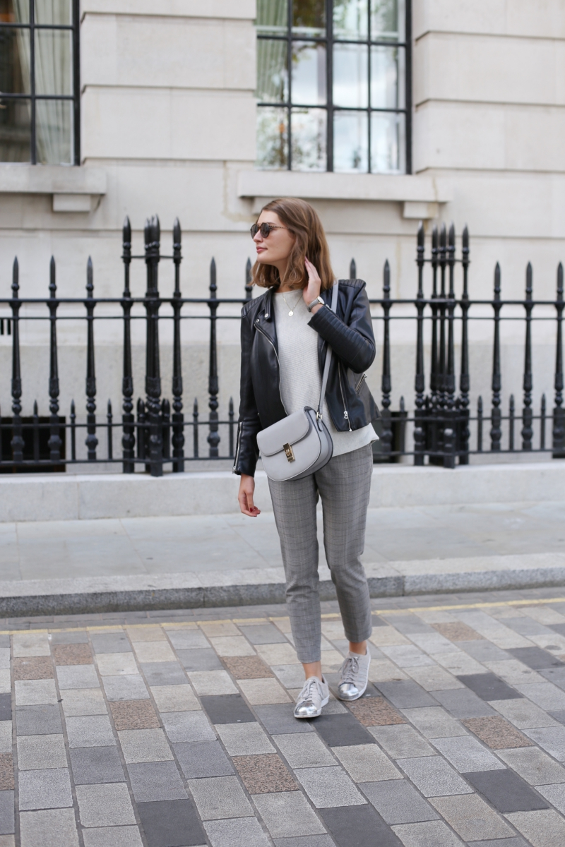 Ein Outfit das nicht besser nach London passen könnte. Die Glenchek-Hose liegt nicht diesen Herbst nicht nur voll im Trend, sondern erinnert mich auch ein klein bisschen an den Hut von Sherlock Holmes, findet ihr nicht? Mit einem Basic-Pulli und schwarzer Lederjacke wird daraus ein super Outfit für eine Sightseeing-Tour durch die Stadt.