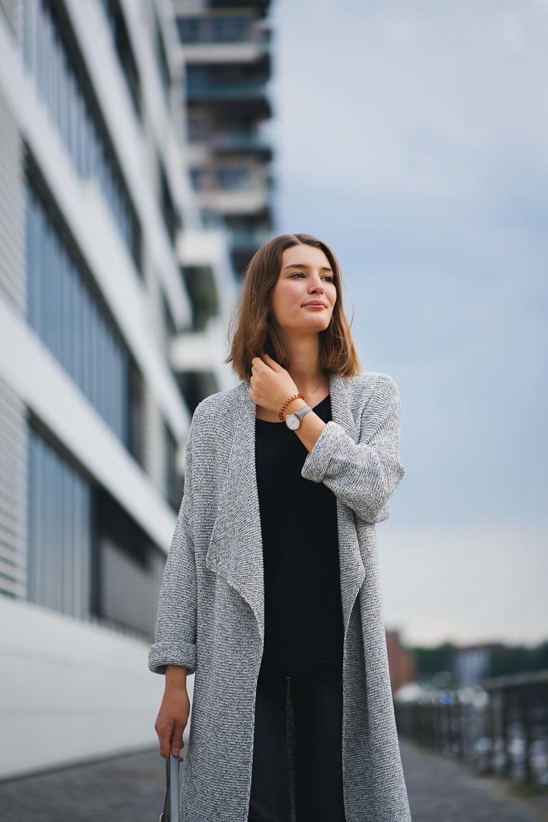Ein Strickmantel ist gerade in der Übergangszeit eine super Variante um gleichzeitig warm genug und trotzdem stylisch gekleidet zu sein.