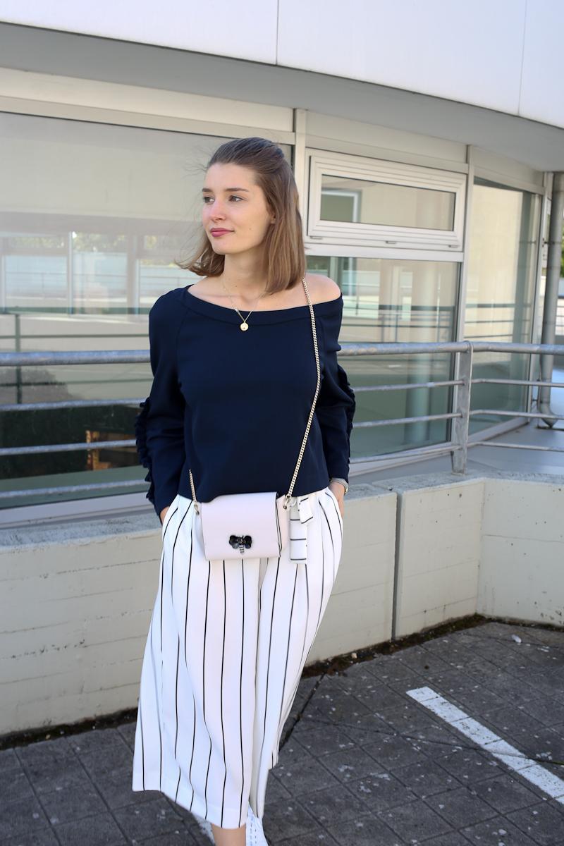 Ein Spätsommer-Outfit mit gestreifte Culottes & Rüschen-Sweater. Eine außergewöhnlichere und doch stimmige Kombination.