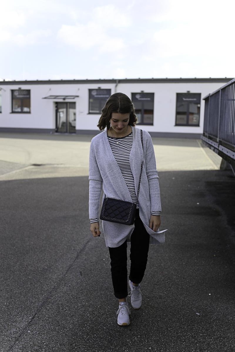 Im Herbst 2017 feiert Cord ein kleines, aber feines Trend-Comeback! Die Shops sind voll davon und Bloggerin Katharina zeigt wie man es stylen kann. Nämlich mit Strickmantel und Streifenshirt. So ist man kuschlig, warm gerüstet für stürmische Herbsttage.