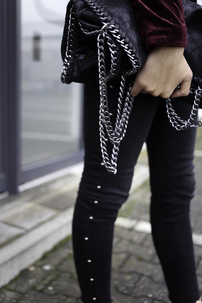 Samt ist schon fast kein Trend mehr, sondern gehört langsam zum Standard-Sortiment. Ich kombiniere einen roten Samtblazer mit Jeans und Lackleder.