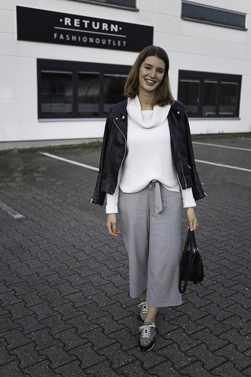 Die letzten Sonnenstrahlen an lauen Herbsttagen bieten ein wunderbares Licht. Das hat Bloggerin Katharina genutzt und ein Outfit genau für diese Tage zusammengestellt. Dabei setzt sie auf helle Farben mit einer graune Culottes, einem wollweißen Rollkragenpullover und Leo Sneaker.