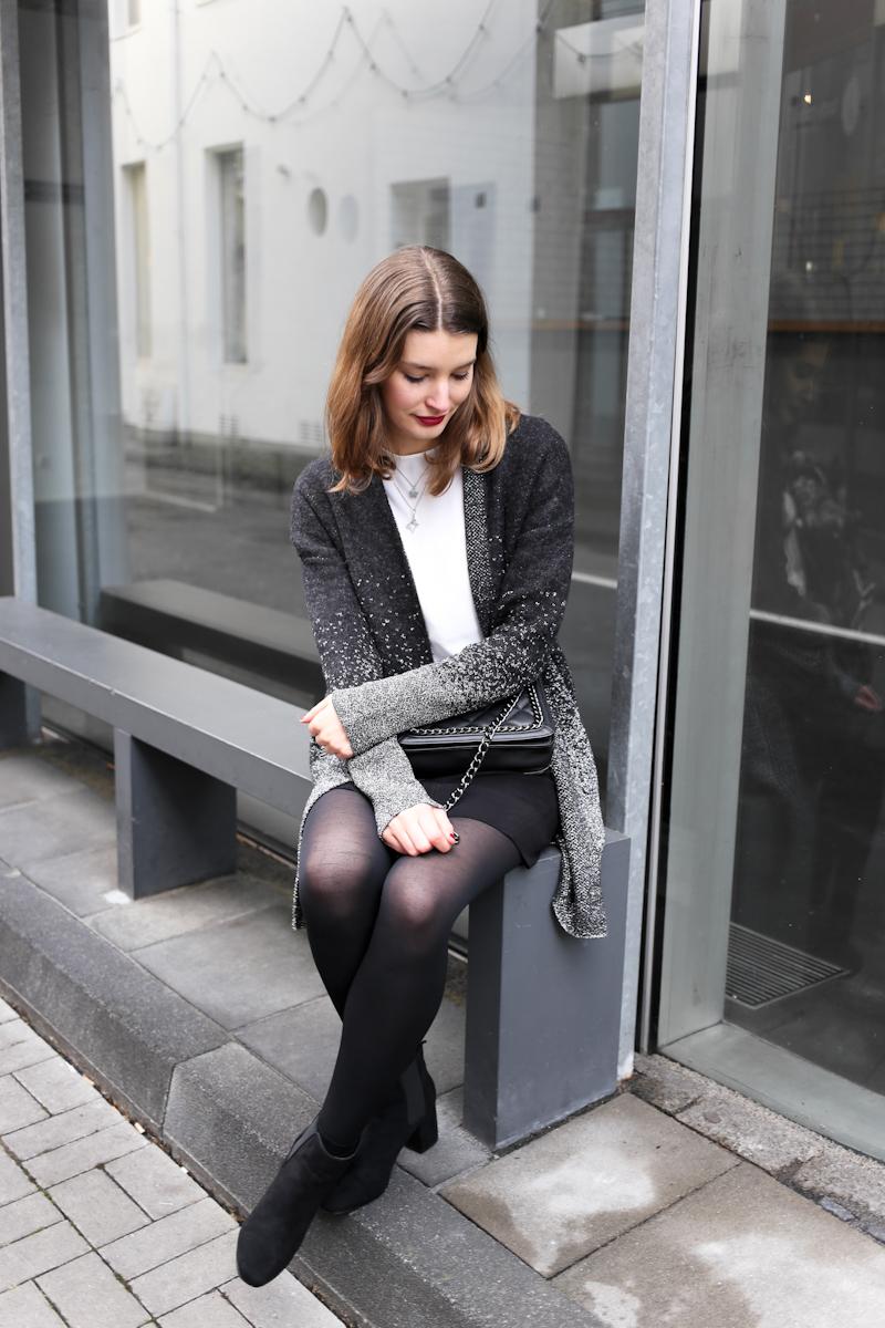 Das richtige Outfit für Weihnachten zu finden ist gar nicht mal so einfach. Es soll schick und trotzdem nicht overdressed und bequem sein. Bloggerin Katharina setzt daher auf eine gemäßigte Portion Glitzer in ihrem Weihnachtsoutfit.