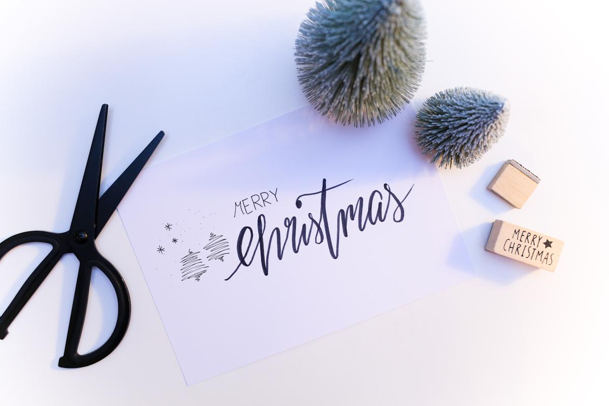 Was darf beim perfekten Geschenk nicht fehlen? Natürliche eine selbst geschriebene Karte. Wer zu Weihnachten seine Weihnachtsgrüße und Worte an die Lieben besonders persönlich gestalten möchte, der bastelt seine Weihnachtskarten am Besten selbst. Bloggerin Katharina zeigt vier Varianten, wie das Aussehen könnte.