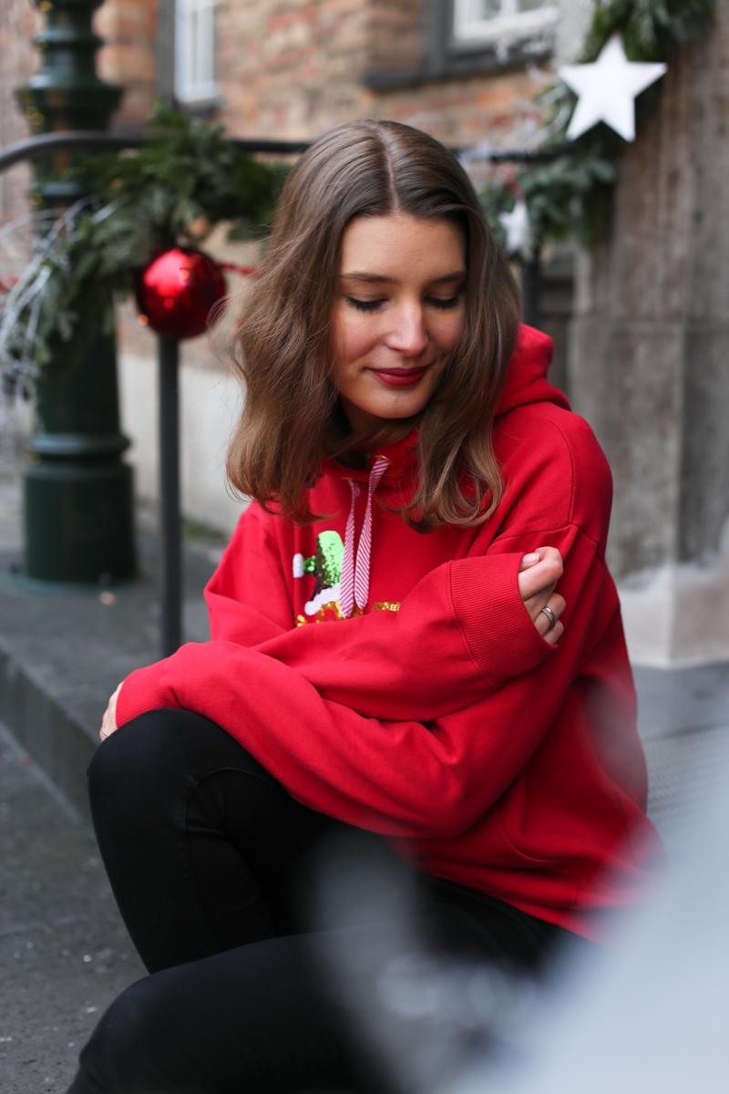 Weihnachtspulli müssen nicht kitschig sein, jedenfalls nicht immer. Bloggerin Katharina zeigt die schönsten Modelle für Weihnachten 2017 und wie sie ihren Weihnachtshoodie kombiniert.