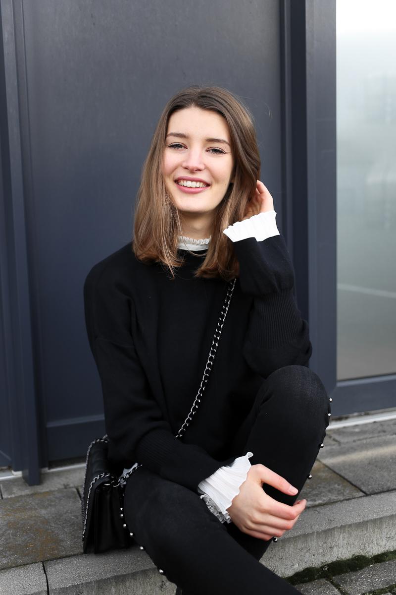 Ein Herzenprojekt aufzugeben, weil letztendlich doch der Kopf über das Herz siegt, kann schmerzlich sein. Manchmal muss man aber auch das Bauchgefühl entscheiden lassen, besonders in der Mode. Darum zeigt Bloggerin Katharina einen neuen Look mit einem Pullover mit Trompetenärmel.