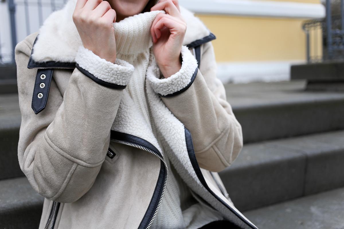 Rollkragen fand ich früher spießig und altmodisch. Heute trage ich sie im Winter sehr gern und setze sie gern als Basic in meinen Outfits eins. Eine Vorliebe habe ich dabei für wollweiße Strickpullover mit Rollkragen.