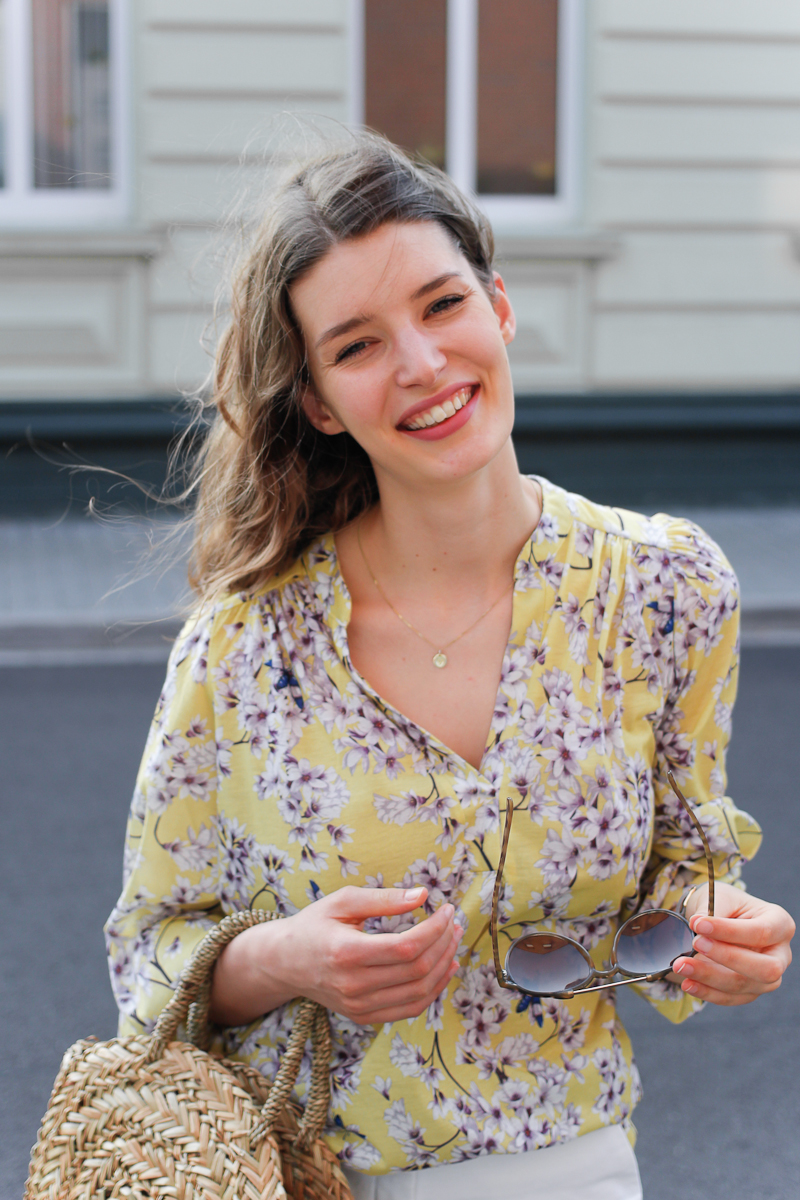 Der Sommer ist in vollem Gange und was könnte dazu besser passen als die Trendfarbe Sommer 2018 - Gelb. Bloggerin Katharina zeigt einen sommerlich leichten Look mit geblümter Bluse in Pastellgelb, weißen Shorts und Korbtasche.