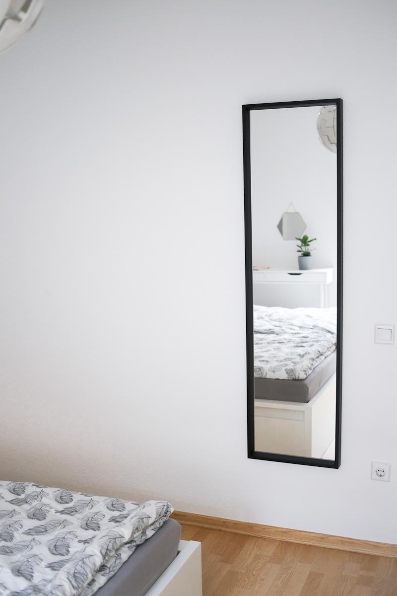 Nach 5 Monaten in unsere Wohnung bin ich so richtig im Interior-Fieber. Deswegen wird es Zeit für eine erste Roomtour durch unser neues Zuhause. Natürlich dürfen Spiegel dabei nicht fehlen. Sie lassen Räume optisch größer und heller wirken.