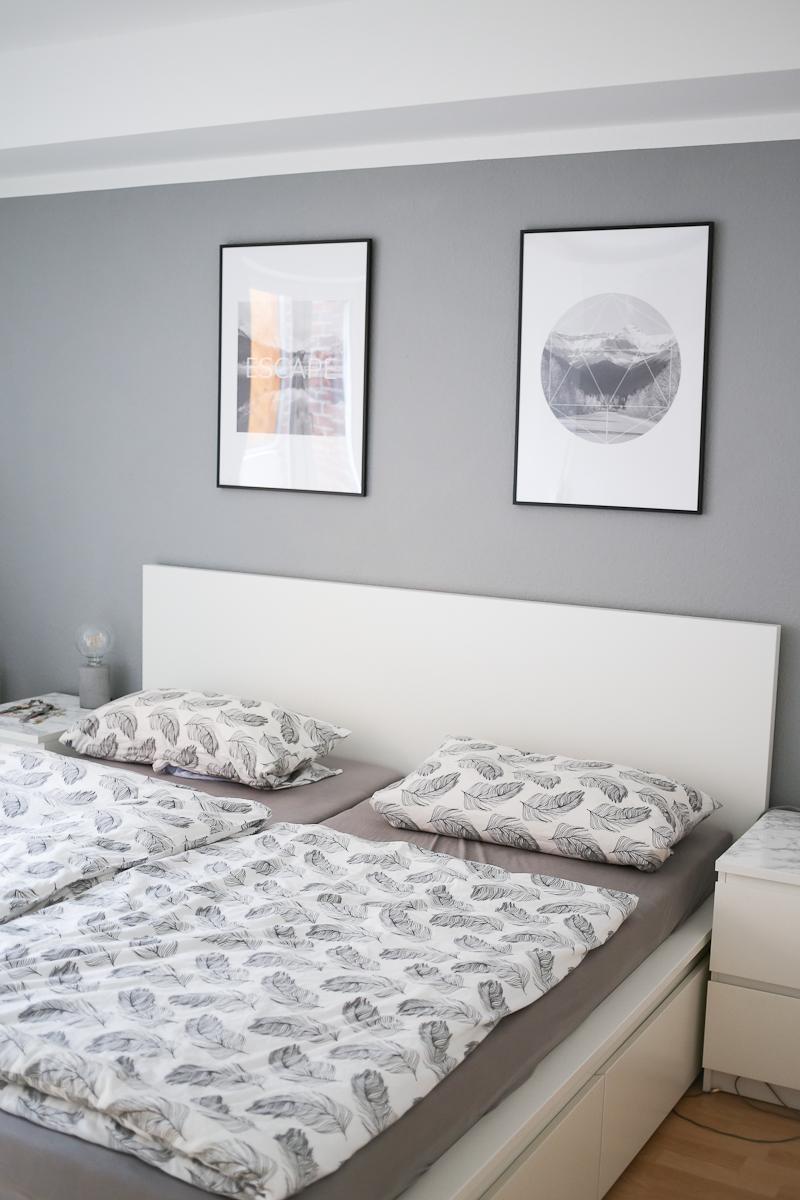 Nach 5 Monaten in unsere Wohnung bin ich so richtig im Interior-Fieber. Deswegen wird es Zeit für eine erste Roomtour durch unser neues Zuhause. Das Schlafzimmer im Souterrain ist unser Rückzugsort. Ich finde es hier super gemütlich und entspannend.