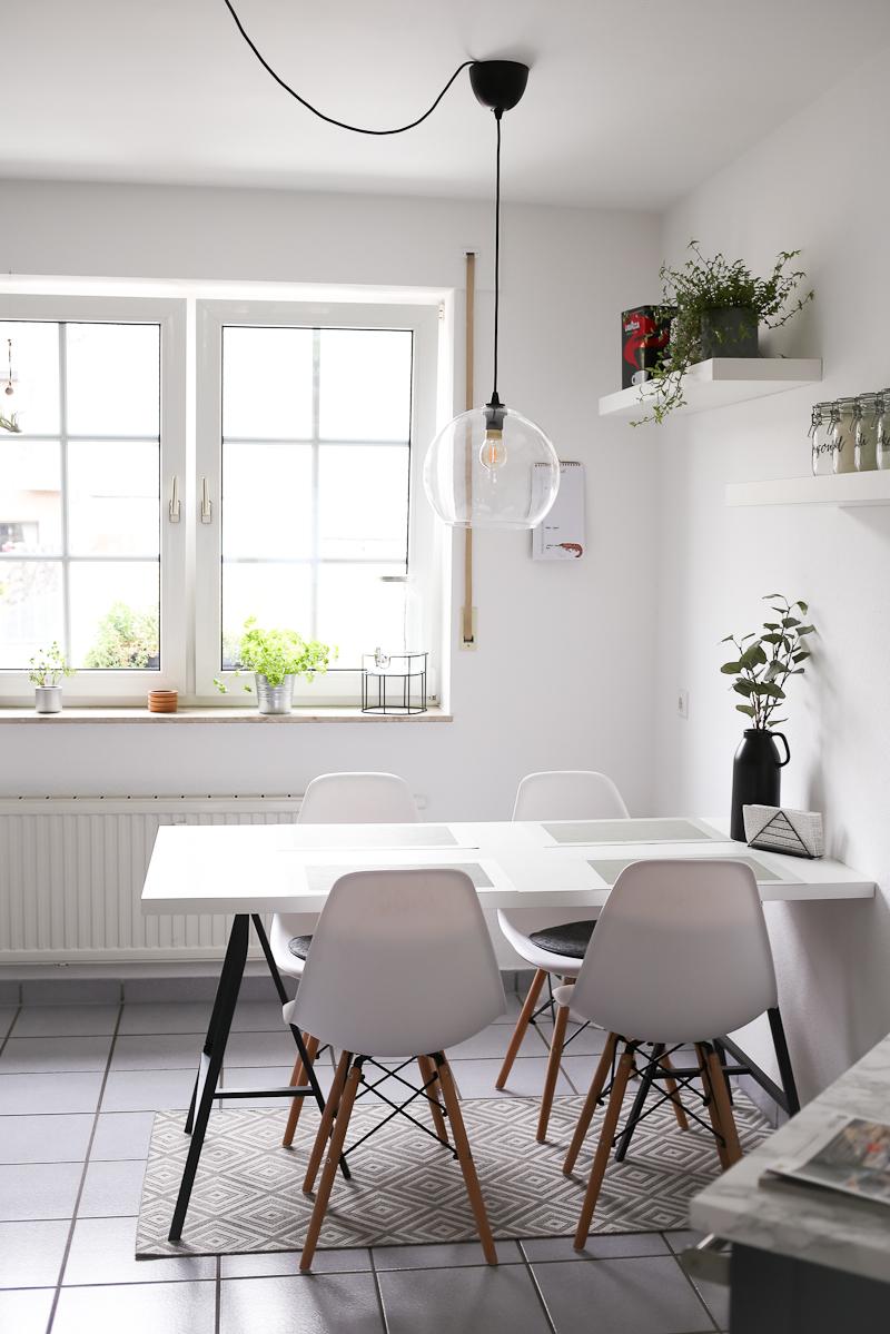 Nach 5 Monaten in unsere Wohnung bin ich so richtig im Interior-Fieber. Deswegen wird es Zeit für eine erste Roomtour durch unser neues Zuhause. Ein Platz an dem wir täglich viel Zeit verbringen ist unser Esstisch in der Küche. Durch Pflanzen und einen Teppich wird es hier richtig gemütlich.