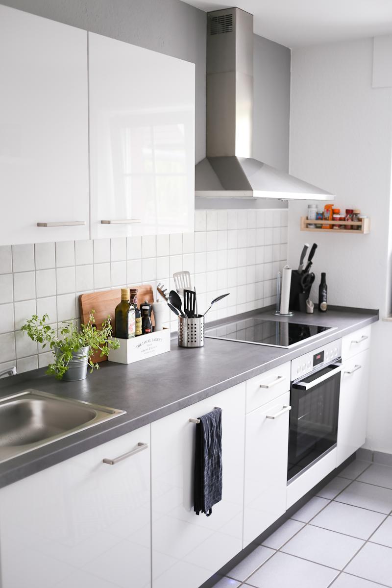 Nach 5 Monaten in unsere Wohnung bin ich so richtig im Interior-Fieber. Deswegen wird es Zeit für eine erste Roomtour durch unser neues Zuhause. Herzstück davon ist natürlich die Küche, die in Grau und Weiß gehalten ist.