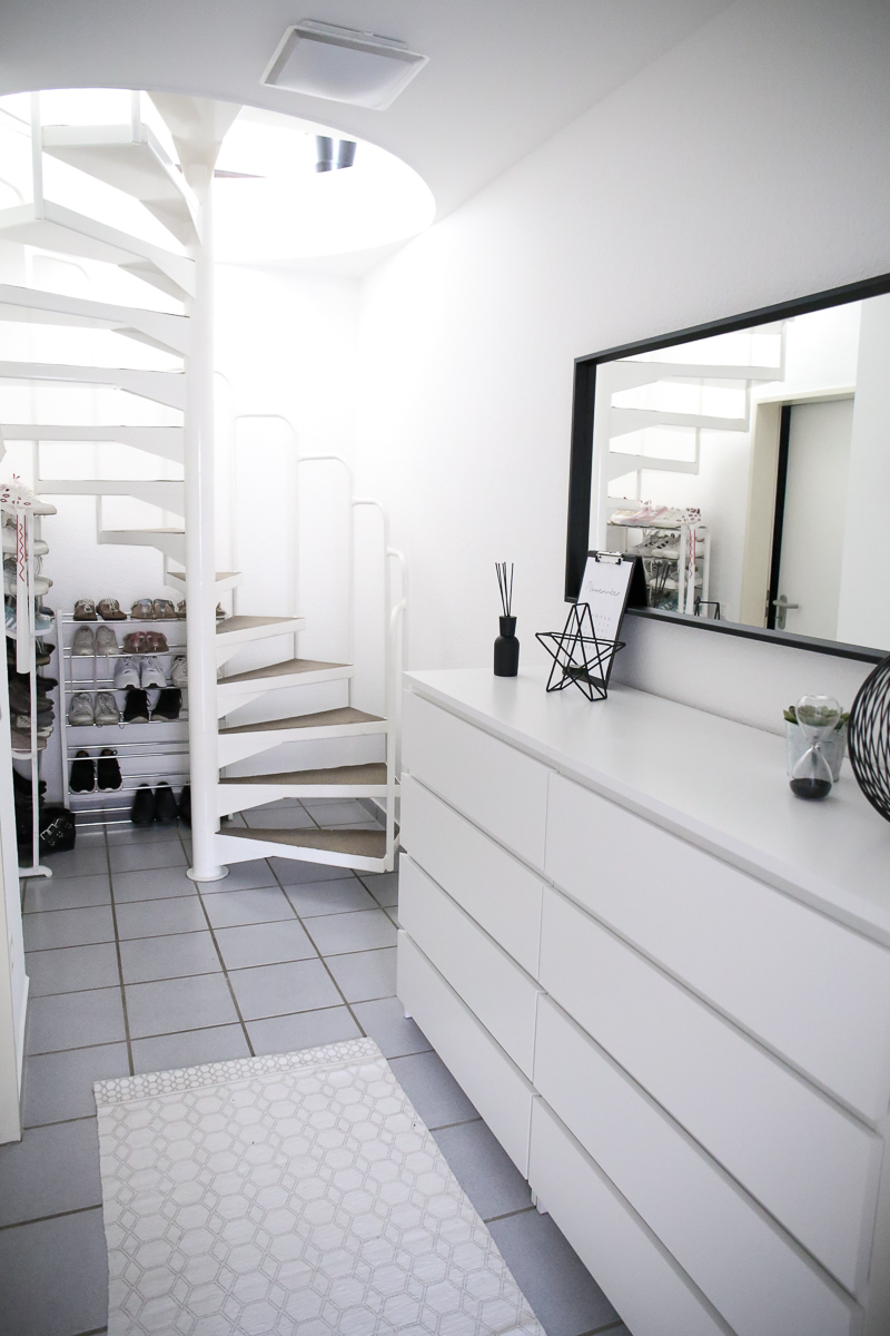 Um deinen Flur hell und gemütlich zu gestalten, gibt Bloggerin Katharina wichtige Einrichtungstipps und zeigt wie sie ihren Flur gestaltet hat.